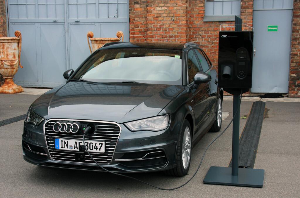 <b>JA, NÅ KAN DEN LADES:</b> Audi har flere moderate hybrider på programmet, men dette er nytt! Nå kan den kjøres som elbil - til og med mesteparten av tiden for mange. Vi kjørte den 73 prosent utslippfritt på vår testrunde. Foto: KNUT MOBERG
