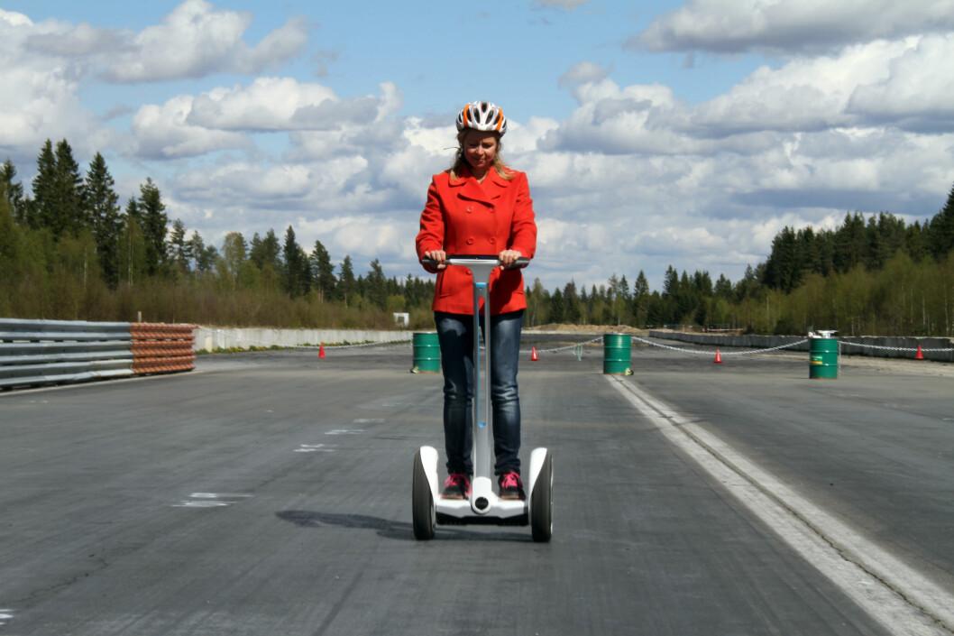 <strong><b>IKKE FORTERE ENN 6 KILOMETER I TIMEN I GÅGATER:</strong></b> Du bør følge med på farten, det settes en grense på 6 kilometer i timen på gågater ... det kan bli vanskelig å følge med på dersom du ikke har fartsmåler på kjøretøyet, som denne Ninebot'en faktisk har. Foto: FRED MAGNE SKILLEBÆK
