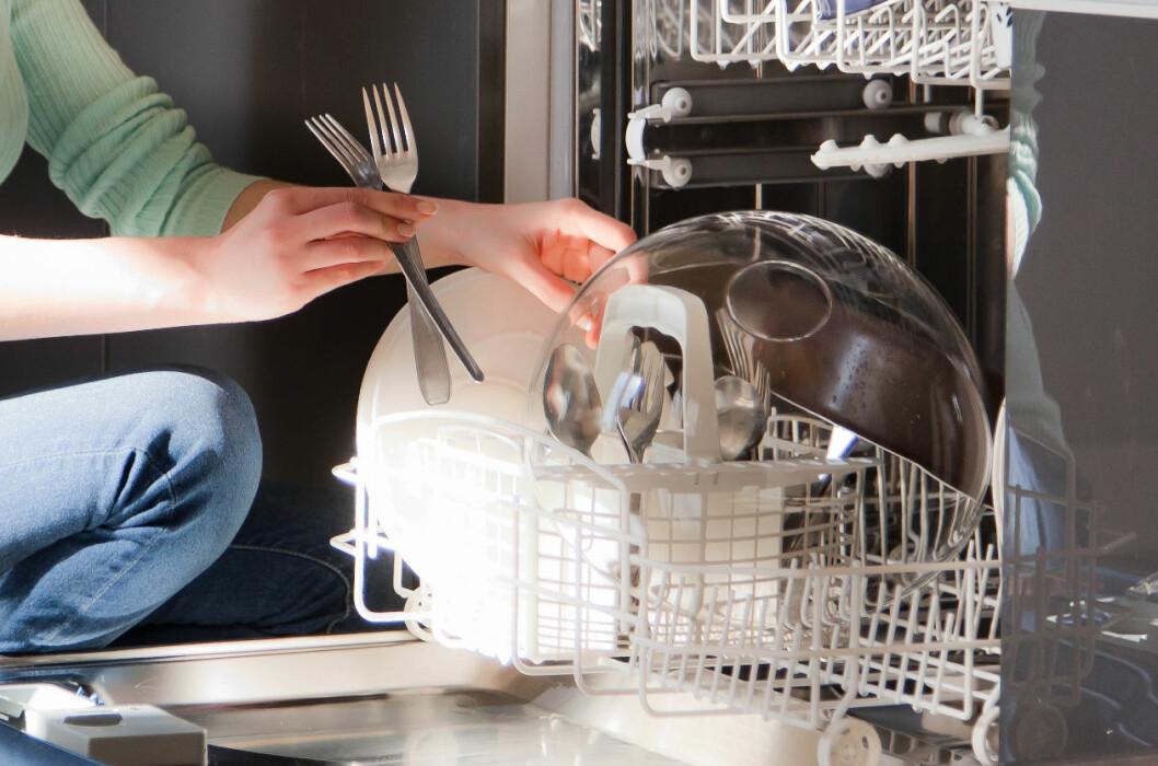 <b>OPP ELLER NED?</b> Det er ikke lett å bli enige om hvilken vei man skal sette bestikket. Derfor har vi likegodt spurt vaskemaskinprodusentene. Foto: ALL OVER PRESS