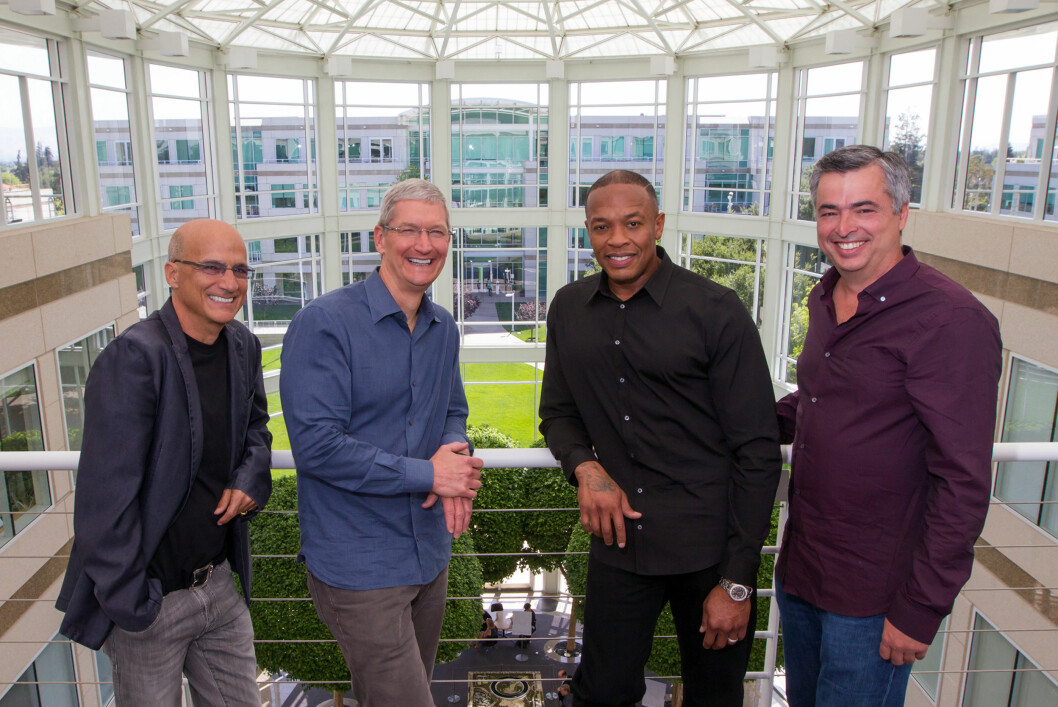 <b>HVA SKJULER SEG BAK HÅNDA</b> Apple-sjef Tim Cook i blå skjorte ble avbildet sammen med Beats-gründer Jimmy Iovine og Dr. Dre da oppkjøpet ble klart i forrige uke. Det alle lurte på var imidlertid om han skjulte en smartklokke under den ene hånda. Foto: Paul Sakuma