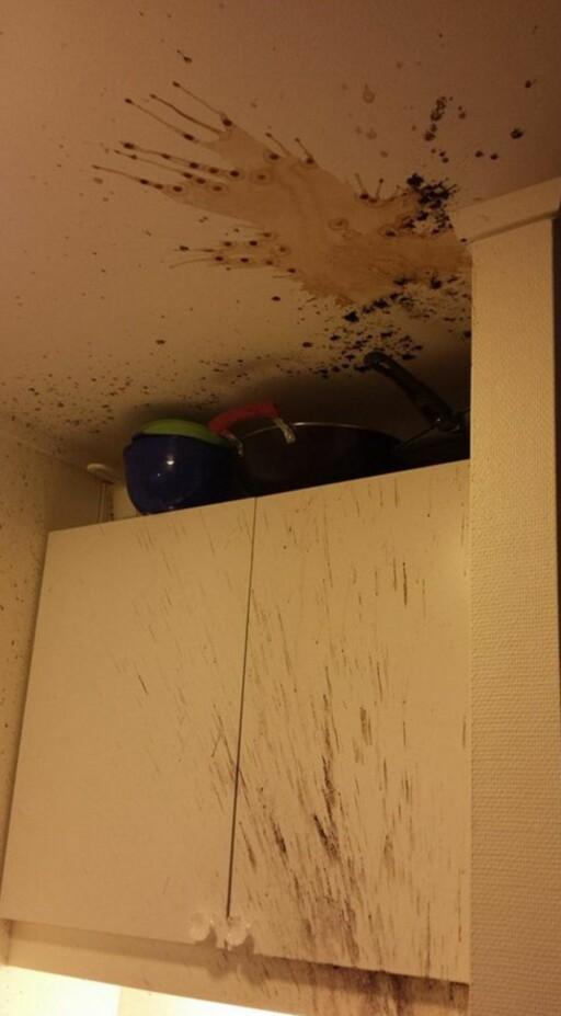 VOLDSOMT TRYKK: Kaffegruten ble blåst helt opp i taket.  Foto: PRIVAT