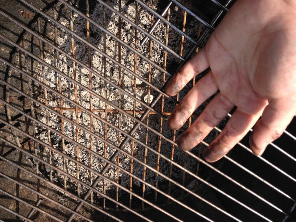 FETT: Grillristen var fortsatt full av fett og sot etter 30 minutters skrubbing. Foto: BERIT B. NJARGA
