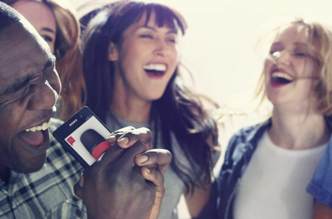 <strong><strong>SYNG I TELEFONEN:</strong></strong> I PS4-utgaven av SingStar droppes mikrofonene til fordel for smarttelefonen. Foto: SONY