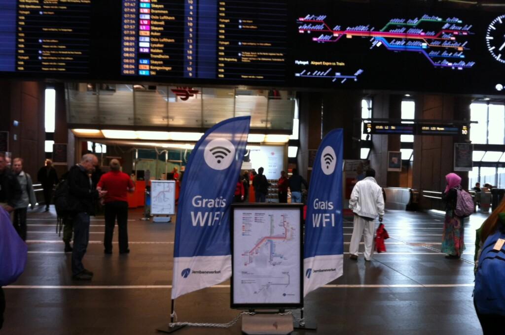<b>GRATIS WIFI PÅ STASJONEN:</b> Oslo S er én av stasjonene som nå tilbyr gratis WiFi. Tilbudet vil utvides til flere stasjoner etter hvert. Foto: KRISTIN SØRDAL