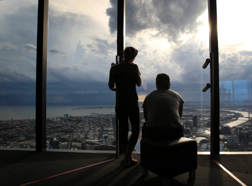 Et par oppe i Eureka Skydeck i Melbourne, Australia, rundt 300 meter over bakken.  Foto: ALLOVER