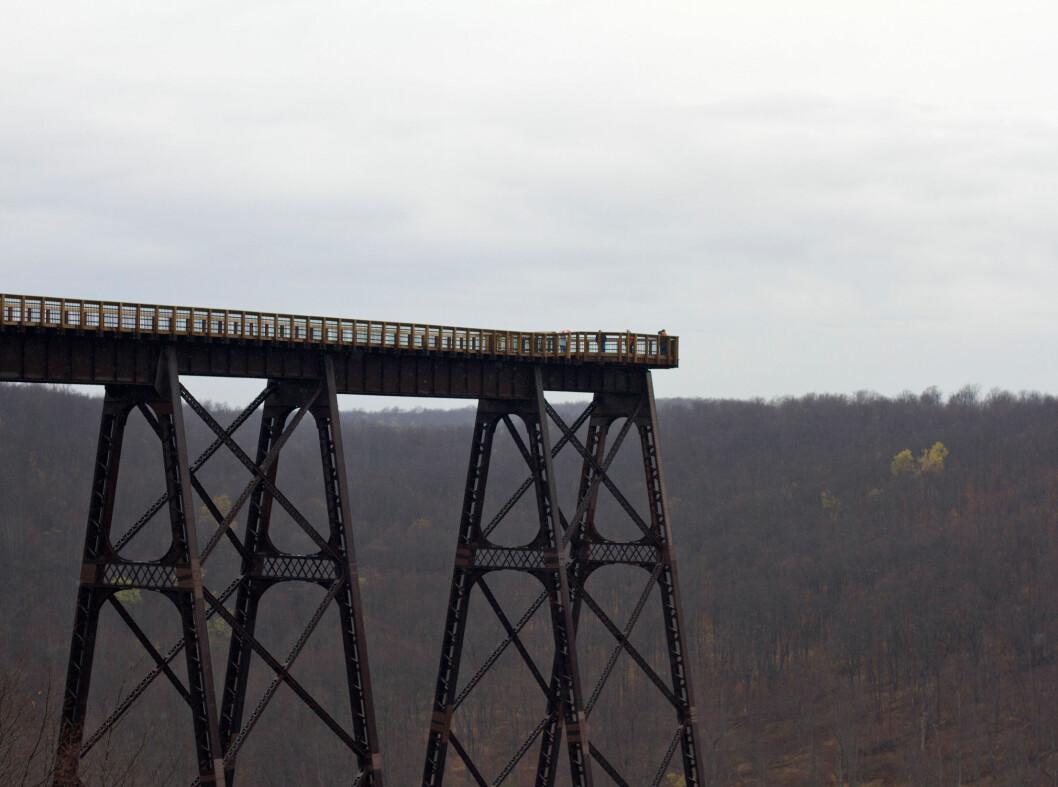 Den gamle jernbanebruen i Pennsylvania har blitt gjort om til Kinzua Skywalk, 190 meter over bakken på det meste.  Foto: ALLOVER
