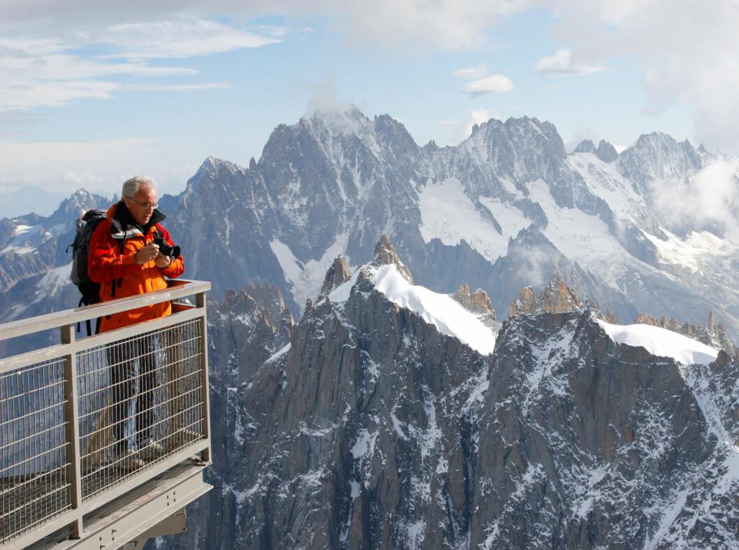 Utsikt fra Aiguille du Midi i Chamonix, svimlende 3842 meter over bakken. Det er 1000 meter rett ned ved utsiktspunktet.  Foto: ALLOVER