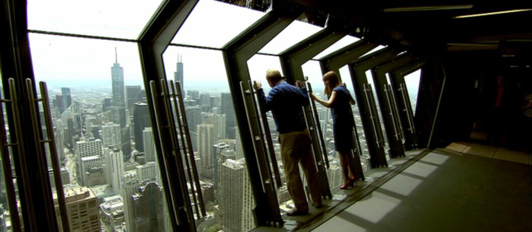 <b>Skummelt ...</b> Vinduene lener seg ut fra bygget. Mens du står der! Foto: 360CHICAGO.COM