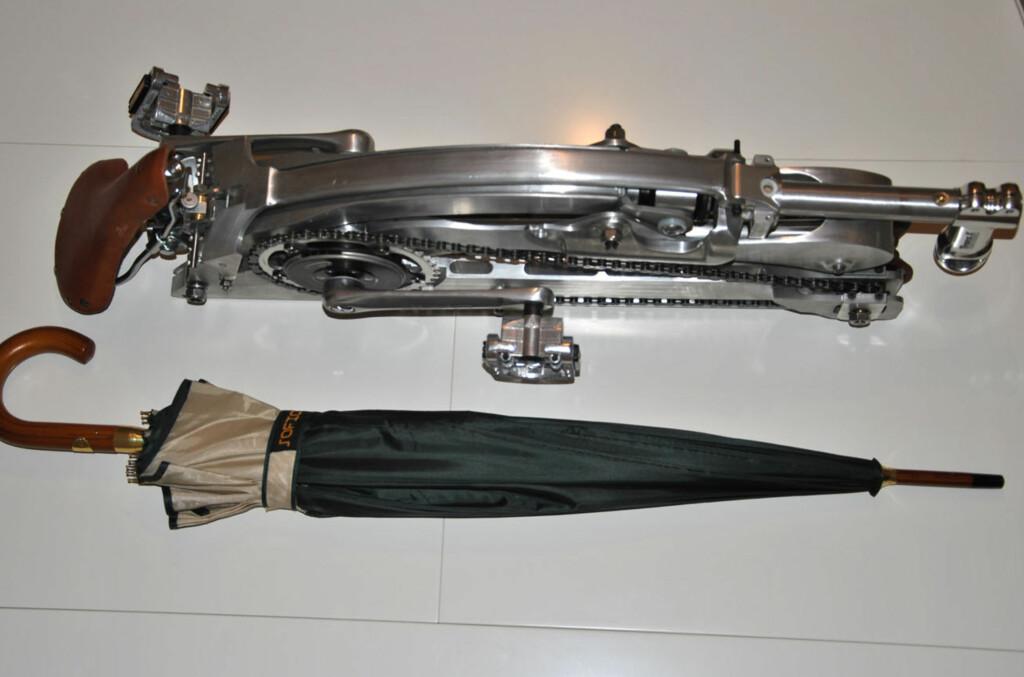 <B>KOMPAKT:</B> Når du bretter sykkelen sammen, blir den omtrent på en størrelse med en paraply, dog uten hjulene. Så pakker du ned rammen og hjulene i en tilhørende ryggsekk som også kan gjøres om til en trillekoffert.   Foto: SADABIKE.IT