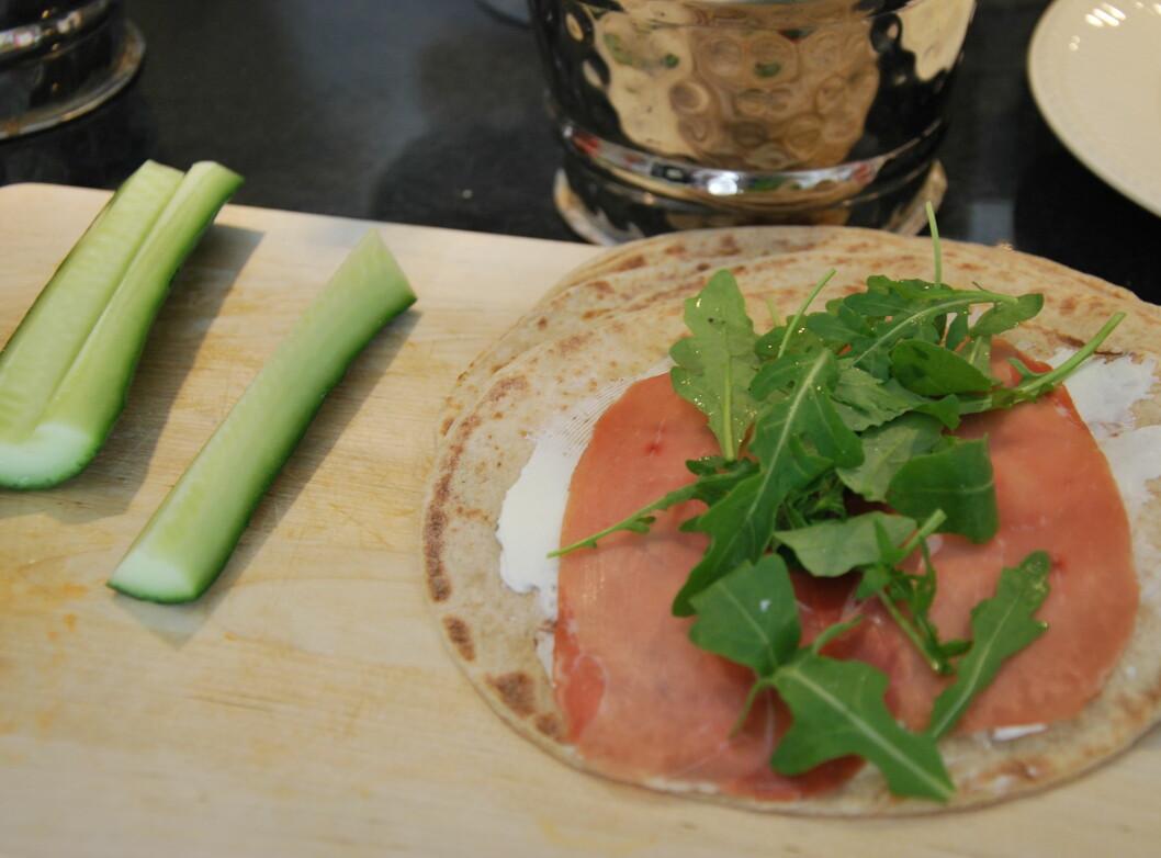 <b>WRAP:</b> Ruller med smøreost, skinke og ruccola kan også friskes opp med agurk og kanskje litt paprika eller avocado? Foto: CHARLOTTE REBTUN ANDRESEN