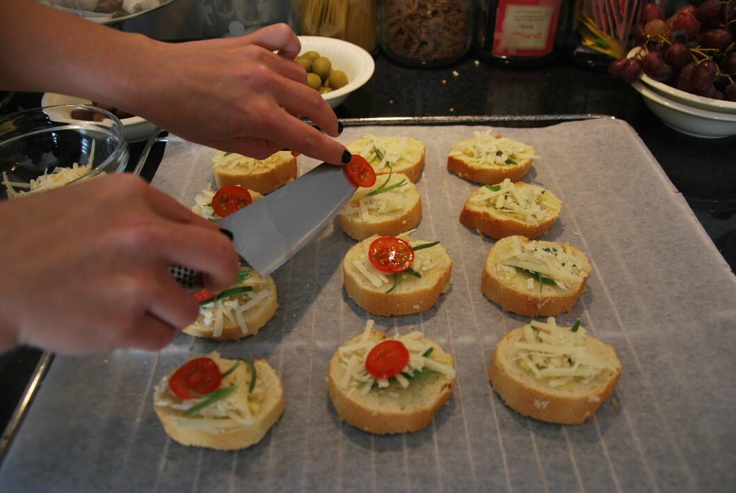 <strong><b>BRØD:</strong></b> Tapas bør som regel serveres med en brødrett. Disse hvitløksbrødene blir ekstra gode med litt krydderurter, revet ost og en liten tomatskive på. Foto: CHARLOTTE REBTUN ANDRESEN