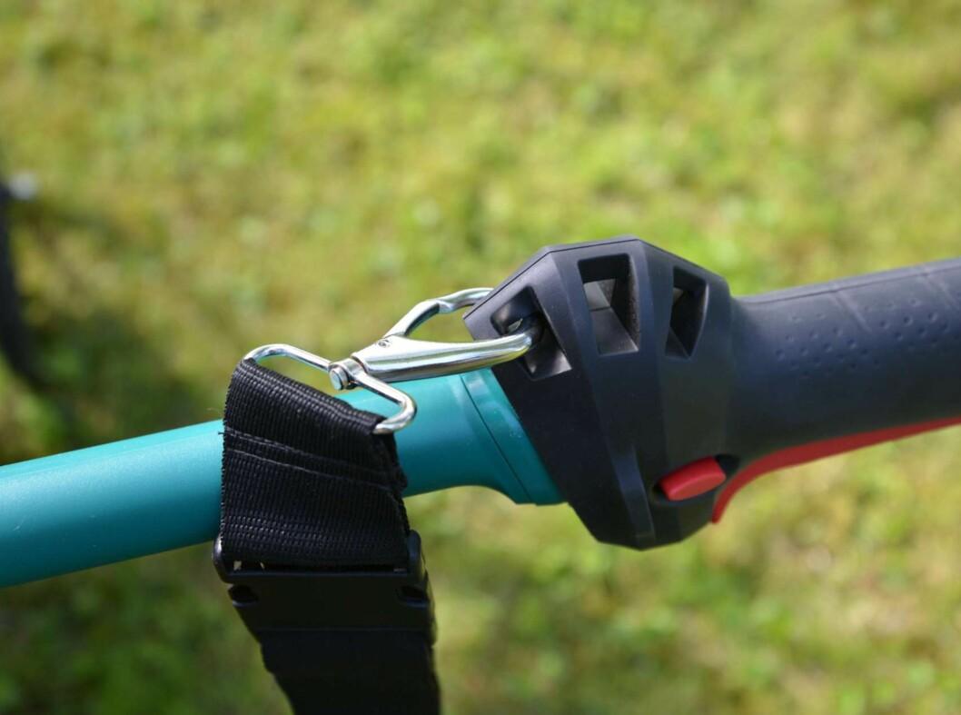 Hekkmotor og bærestropp gir god balanse ved høydeklipping. Foto: BRYNJULF BLIX