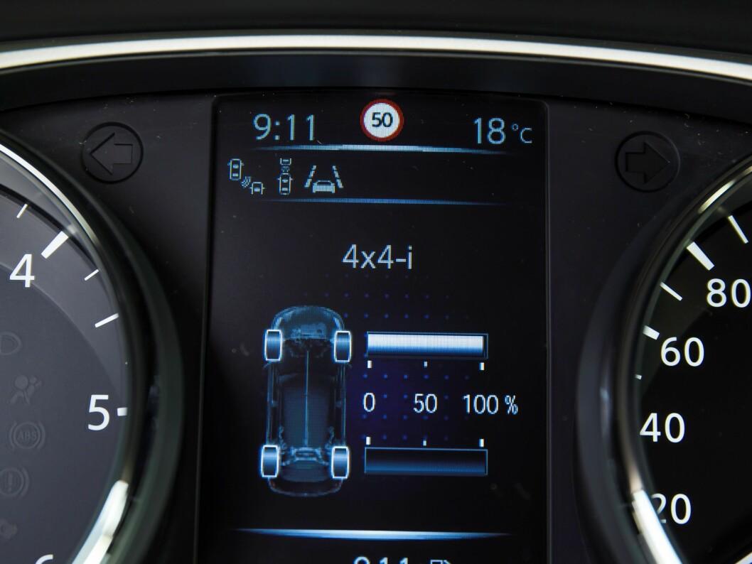 <strong><b>DRIFT PÅ TO ELLER FIRE:</strong></b> En monitor på instrumentpanelet viser kraftfordelingen mellom akslene.