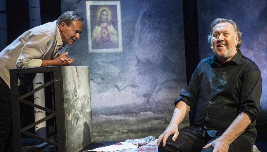<strong>PÅ JAKT ETTER JESUS:</strong> Svein Tindberg og Bjørn Eidsvåg undersøker og sammenligner gudsbilder. Foto: Erik Berg, Det Norske Teatret