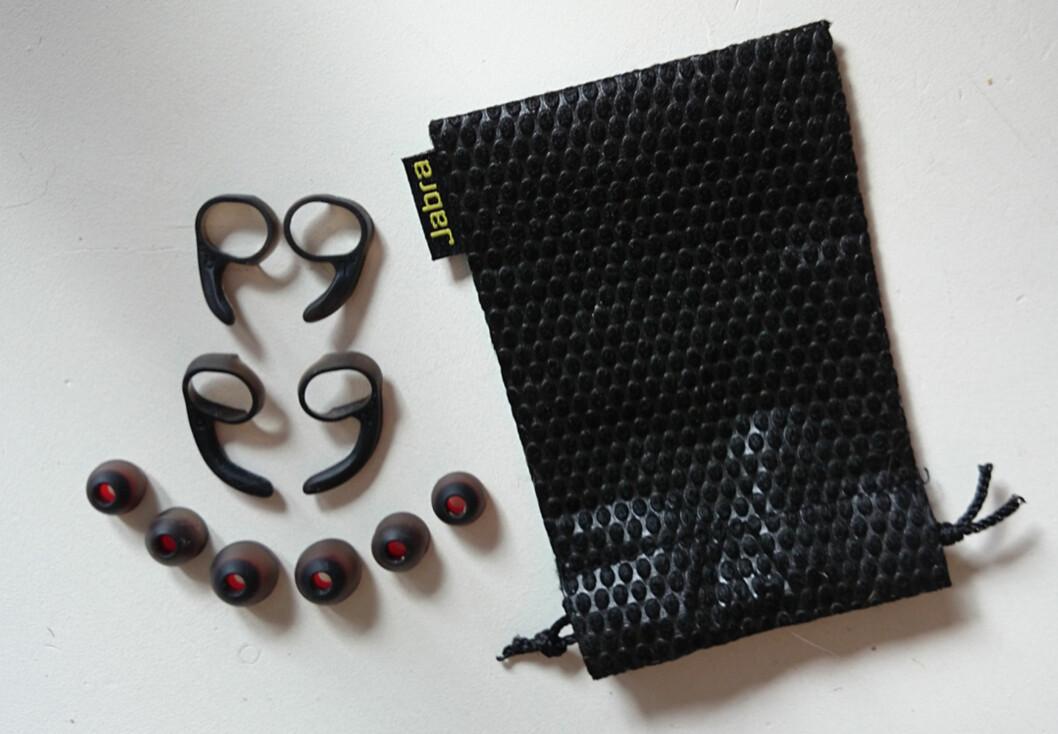 Med i pakken får du tre sett med ørevinger og fire med propper.