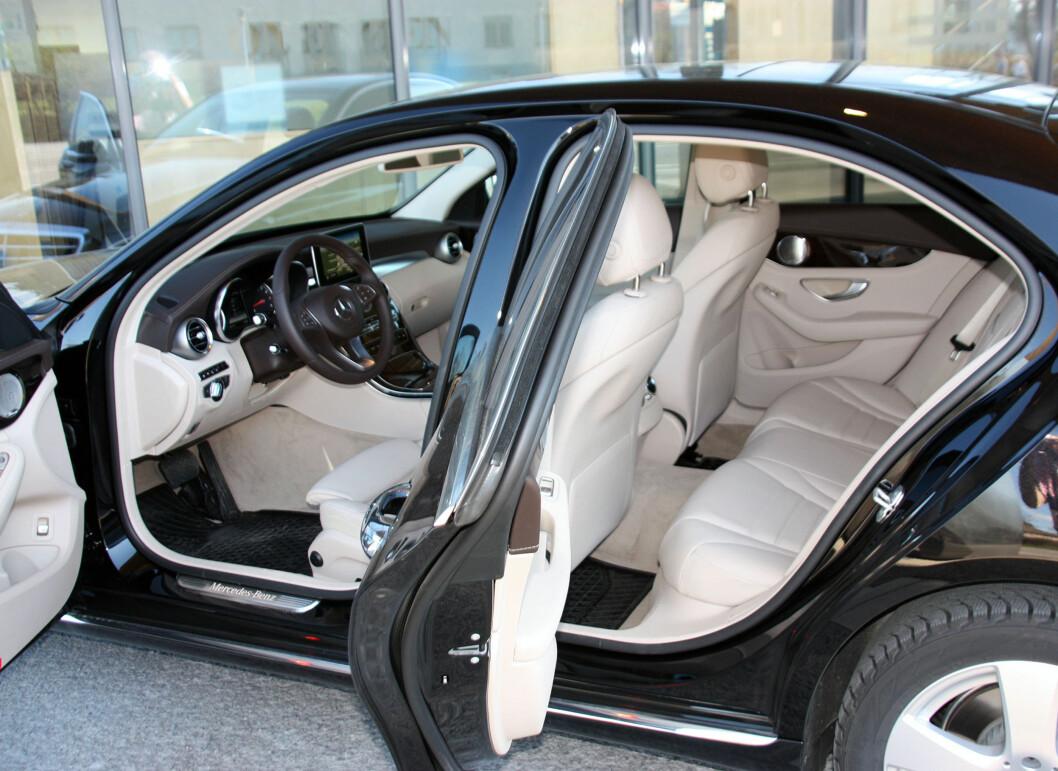 <strong><b>INNBYDENDE:</strong></b> Vi likte det lyse interiøret i bilen - men det passer nok ikke for alle bruksmønstere. Selvsagt kan man også få den med mørkt interiør. Plassen bak skuffer noe. Foto: KNUT MOBERG