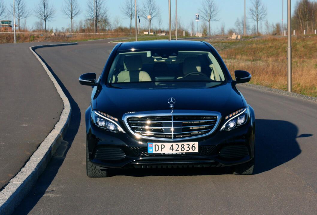 <strong><b>STJERNE FORAN:</strong></b> Exclusive-pakke både utvendig og innvendig gir den klassiske Mercedes-følelsen. Foto: KNUT MOBERG