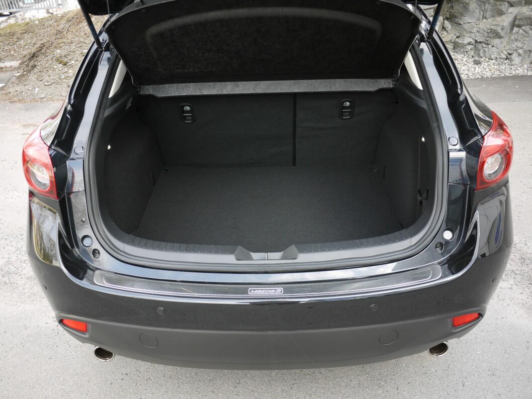 <strong><b>364 LITER:</strong></b> Med 364 liters bagasjerom plasserer Mazda 3 seg midt på treet i klassen.  Foto: LORD ARNSTEIN LANDSEM