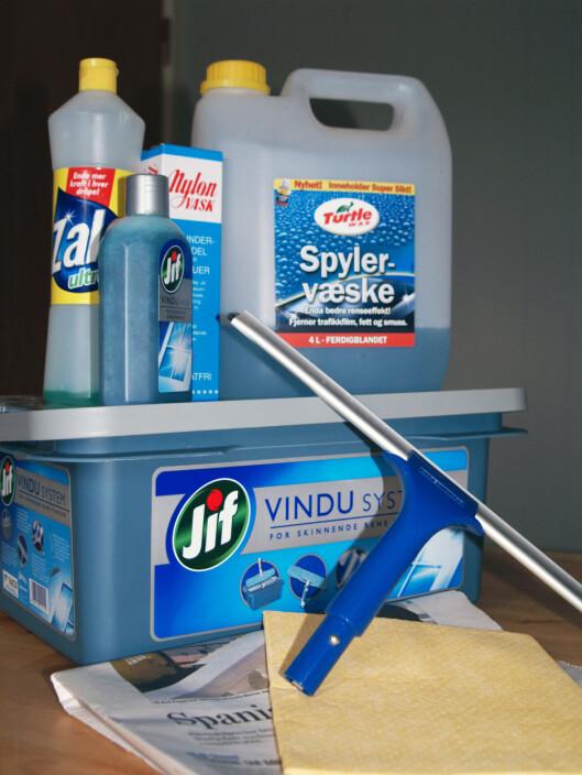 Zalo, spylervæske, Jif vindussystem eller Nylon-vask? Nal, pusseklut ellerl avispiapir? Vi har testet. Foto: BERIT B. NJARGA