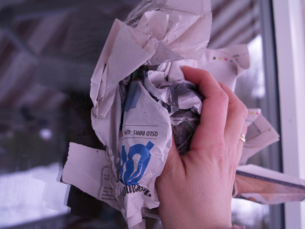 Avispapir gir blanke vinduer, men det er mer tidkrevende enn med pusseskinn. Foto: Berit B. Njarga