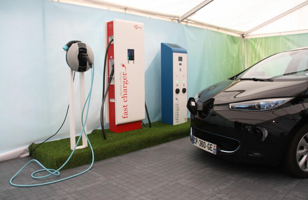<strong>TAR ALT AV AC:</strong> Veggboksen (til venstre), følger med i prisen på bilen. Bilen kan lades på alt som eksisterer og som kommer av AC-hurtigladere. Foto: KNUT MOBERG