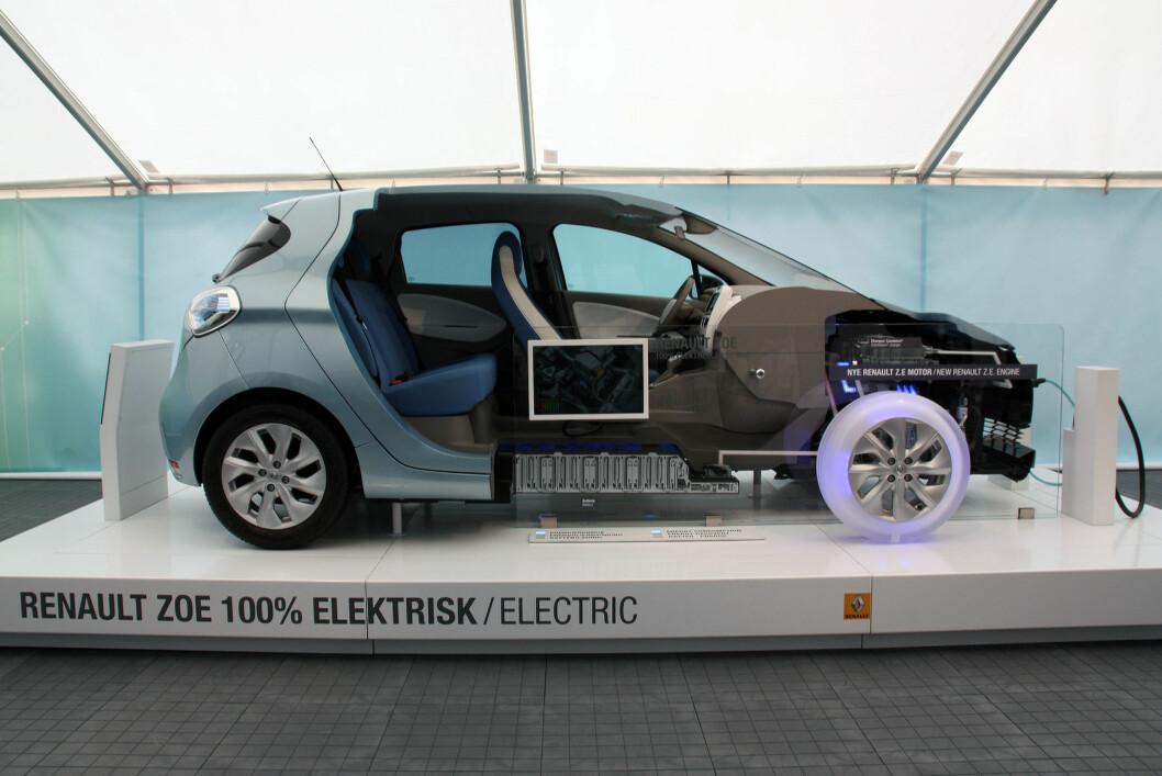 """<strong><b>""""CUTAWAY"""":</strong> </b>Slik er layouten på Zoë: Under panseret ligger elmotoren og den store """"kameleon""""-ombordladeren, under gulvet batteripakken. Zoë har, som Leaf, lavt tyngdepunkt og kjører bra. Foto: KNUT MOBERG"""