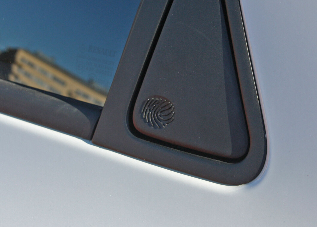 <strong><b>FINGERAVTRYKK:</strong></b> Døråpneren på bakdøren har designerens fingeravtrykk støpt inn. Foto: KNUT MOBERG