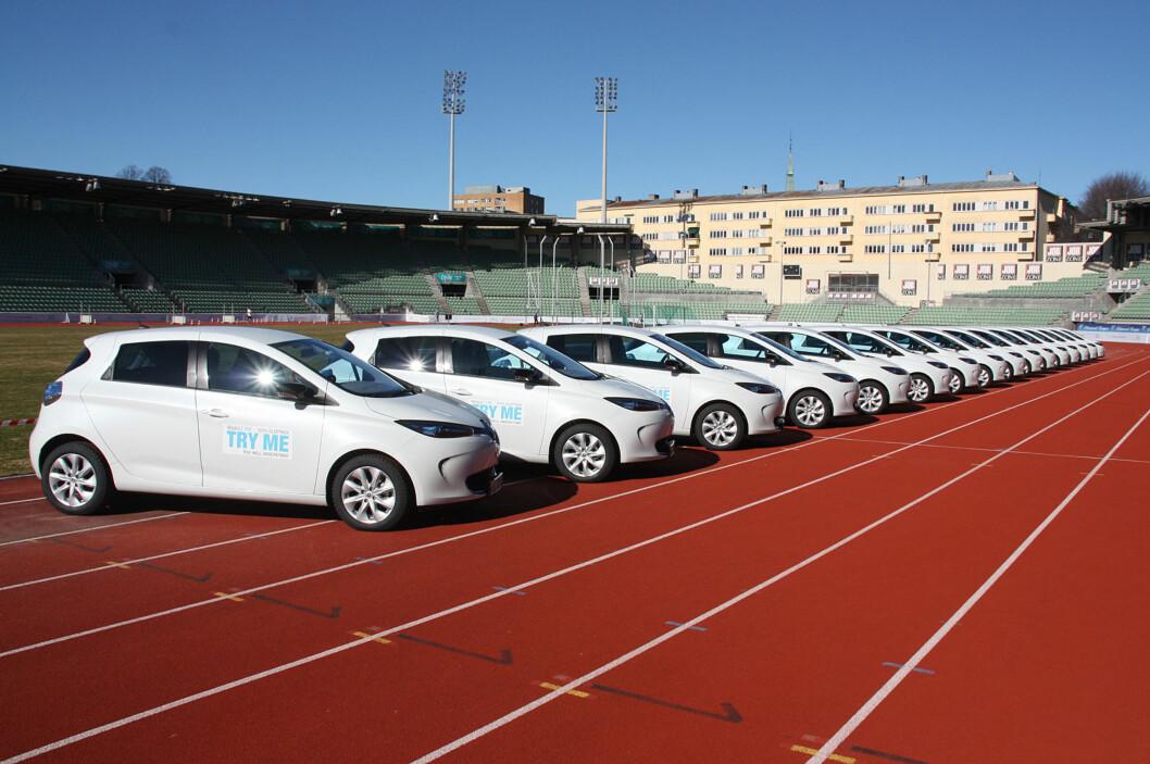 <strong><b>KLARE FOR LANSERING:</strong></b> Her står nye eksemplarer av Renault Zoe linet opp på Bislett med håp om å besnære norske kunder. Prisen er fra 192.000 kroner, oppgitt rekkevidde (EU-syklus) er 210 km. Foto: KNUT MOBERG