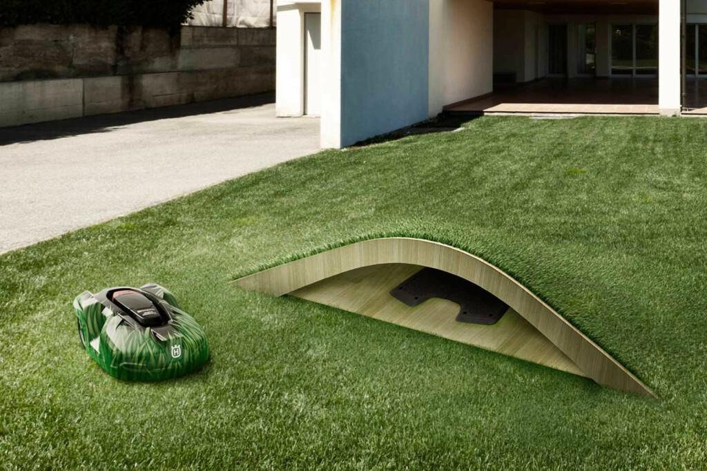 Andreas Klok Pedersen i BIG; Bjarke Ingels Group, har designet dette lille og diskrete gressklipperkrypinnet med en godt kamuflert gressklipper.  Foto: HUSQVARNA