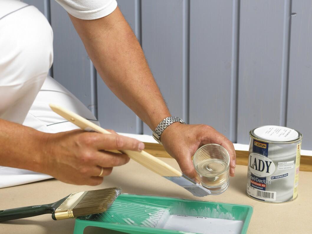 Tynn ut malingen med litt vann, cirka 5-10 prosent. Da blir den lettere å jobbe med og flyter bedre ut.  Foto: Frode Larsen/Ifi.no