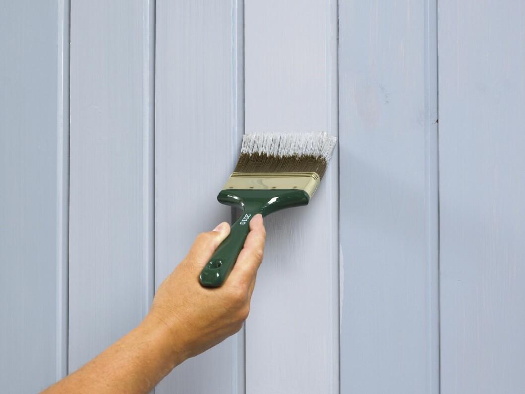 Bruk en bred pensel (fordriver) og stryk ut malingen slik at rullestrukturen blir borte. Begynn øverst og stryk nedover.  Foto: Frode Larsen/Ifi.no