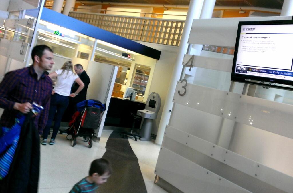 <b>TIMEBESTILLING FOR PASS:</b> Flere politidistrikter har innført timebestilling for å få nytt pass. Dermed skal du kunne slippe unna de lengste køene. Foto: OLE PETTER BAUGERØD STOKKE