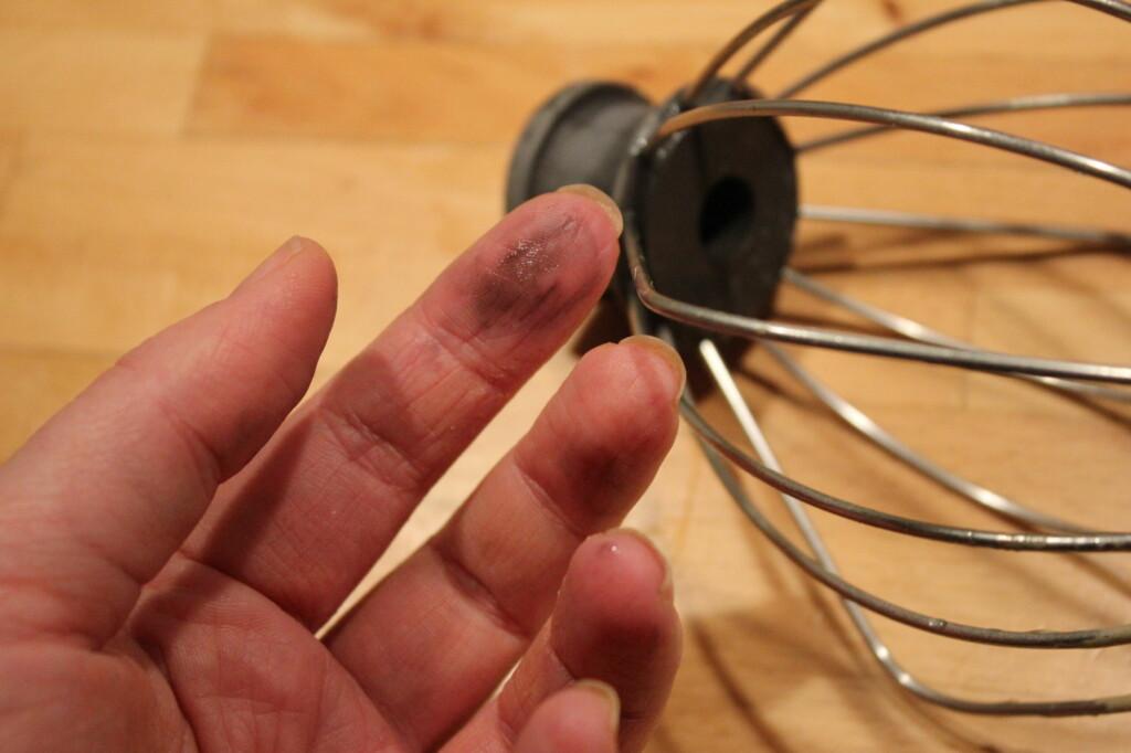<b>LATMANNSFINGRE...</b> Blir du også svart på fingrene hver gang du skal skru inn vispen i kjøkkenmaskinen?  Foto: ELISABETH DALSEG
