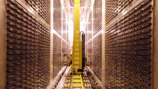 <strong>ALLE VAR DER:</strong> En robot lagrer nye prøver i Biobank, vedens største kjølelager for urin- og blodprøver, utenfor Manchester i England. Foto: Biobank