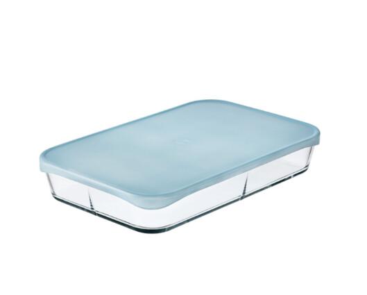 Flere produsenter har nå produkter som kan brukes hele veien, fra fryser til bord - som denne glassformen fra Rosendahls Grand Cru-serie med tilhørende plastlokk (det går ikke i ovnen). Foto: ROSENDAHL