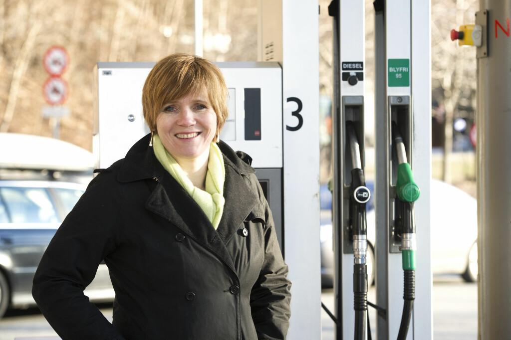 FØLG MED: Direktør Christine Meyer i Konkurransetilsynet ber forbrukerne bli mer bevisst på når de fyller drivstoff. Foto: Marit Hommedal