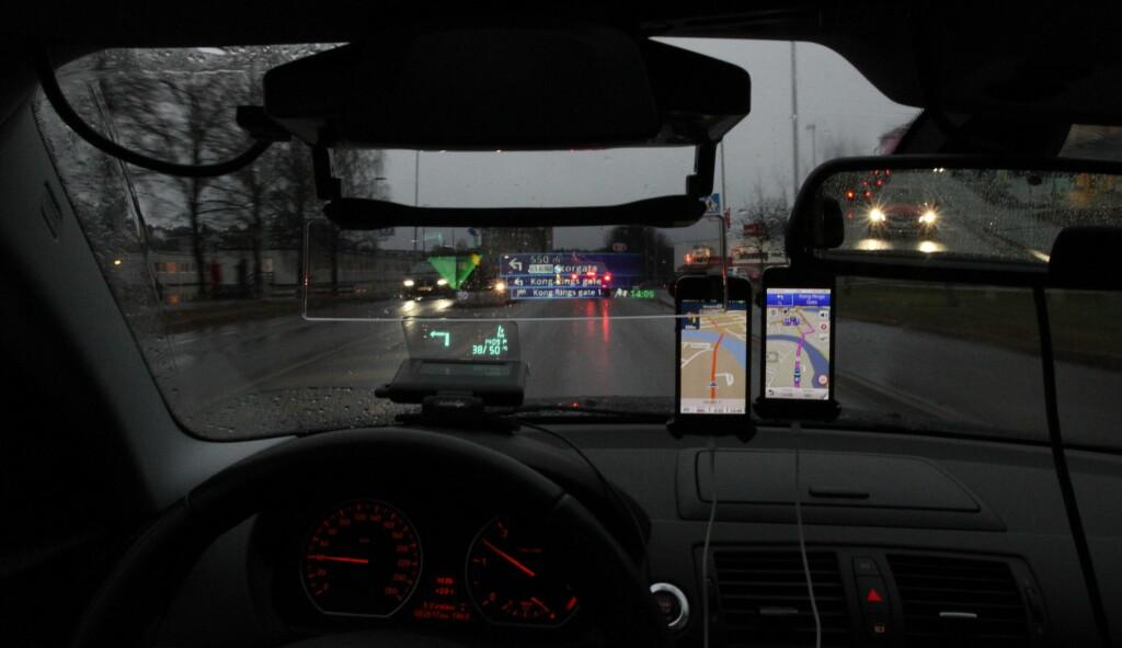 Begge Head-Up displayene i bytrafikk. Spørsmålet er om du ikke klarer deg like godt bare med GPS-appene på mobilen... Foto: RUNE NESHEIM