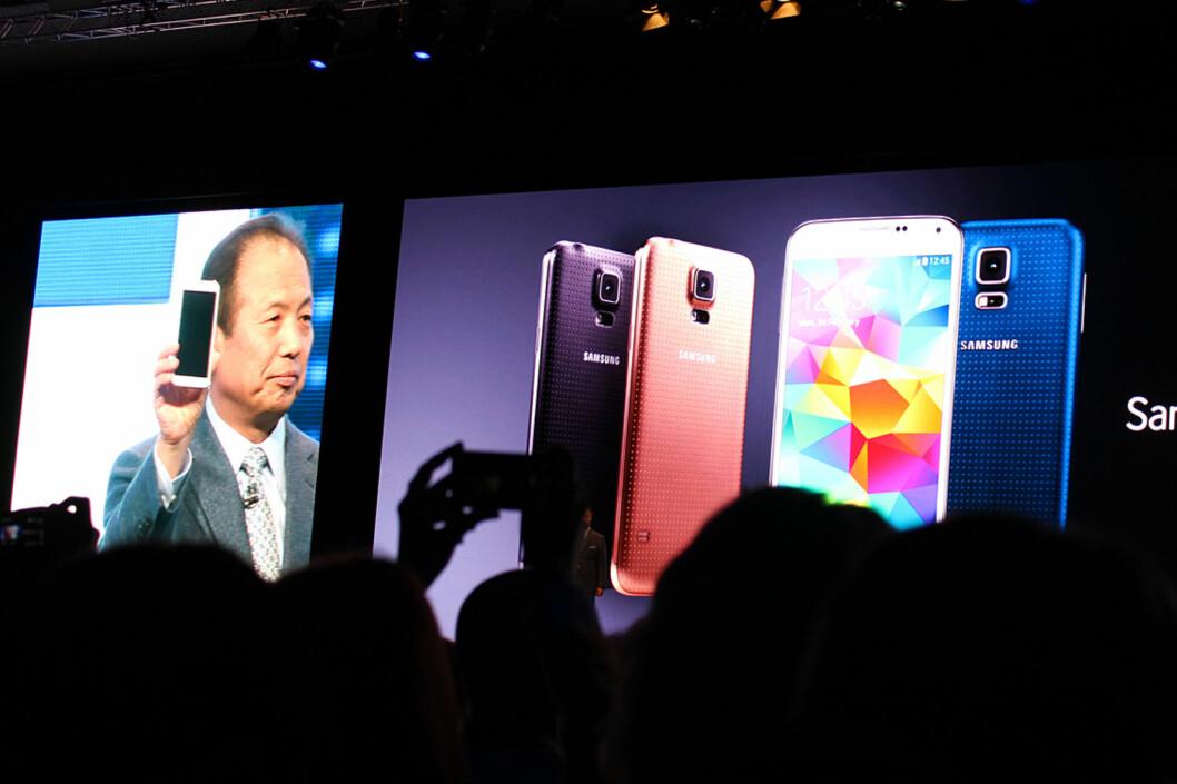<strong>HER ER'N:</strong> Samsungs nye flaggskip, Galaxy S5. Designen er ganske lik som hos forgjengeren - og baksiden er fortsatt av plast. Foto: KIRSTI ØSTVANG
