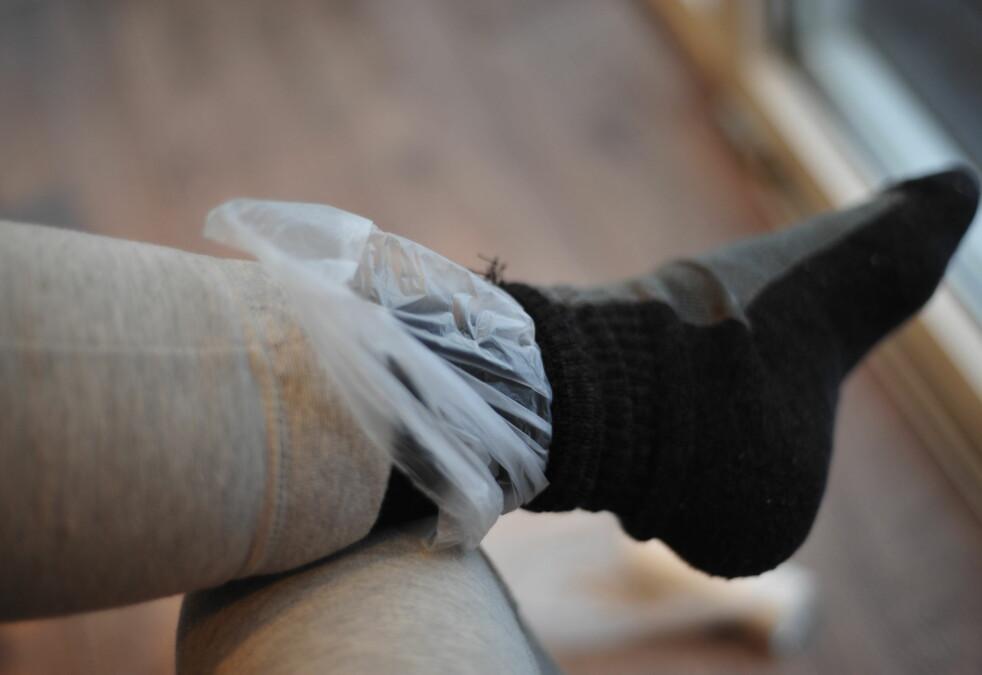 <strong><b>HOLD VARMEN MED POSE PÅ FOTEN:</strong></b> En brødpose eller liknende mellom en innersokk og en isolerende yttersokk, kan hjelpe deg med å holde varmen på beina. Foto: KRISTIN SØRDAL