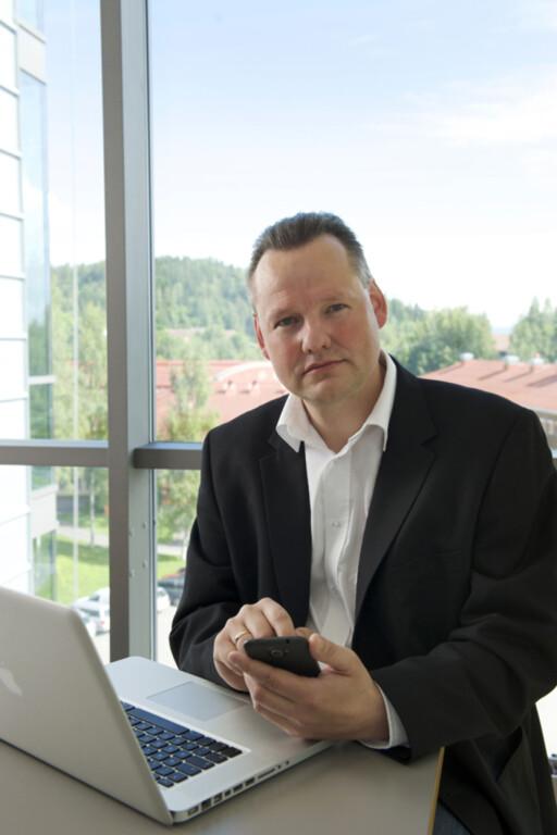 SER PROBLEMET: Seniorrådgiver Vidar Sandland i Norsk senter for informasjonssikring (Norsis) mener alle bør ta åpne enheter på den største alvor.  Foto: NORSIS
