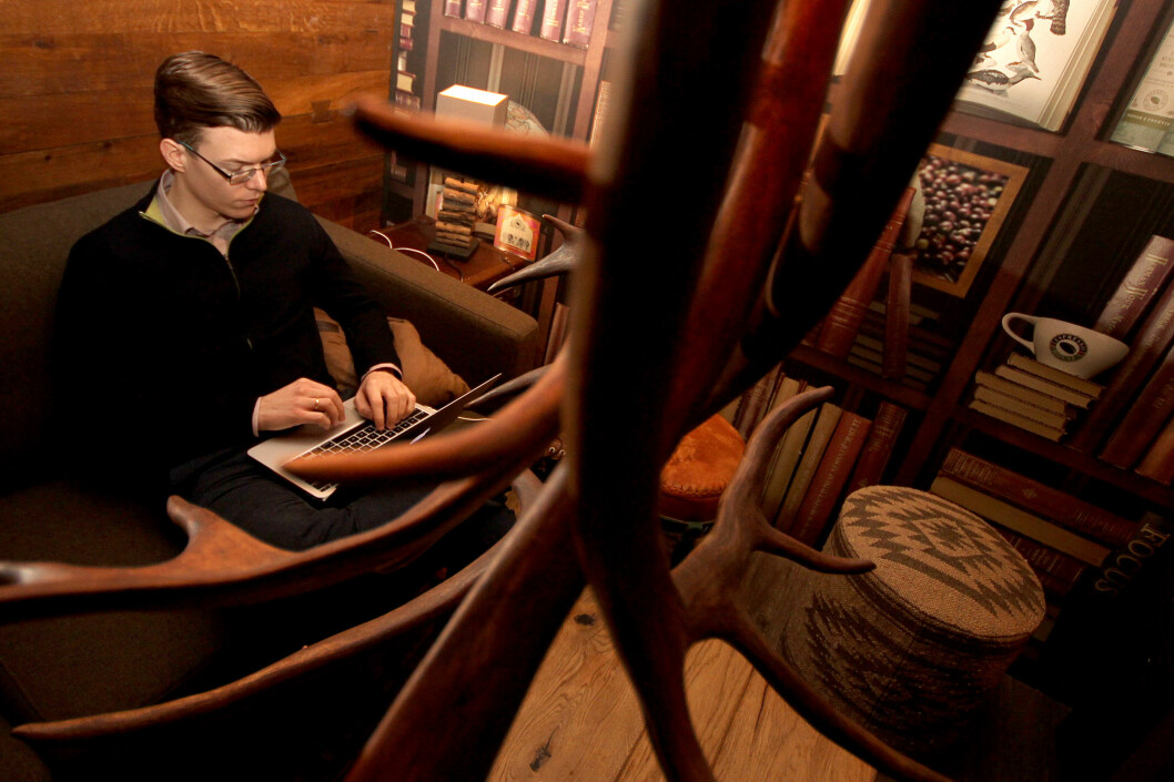 <strong><B>FINNER STADIG NOE NYTT:</strong> </B>Einar Otto Stangvik lar seg stadig overraske over det han finner i søkemotoren hans. Både bedrifter og privatpersoner er utsatt.  Foto: Ole Petter Baugerød Stokke