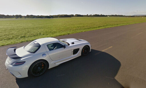 The Stig boltrer seg på Top Gears testbane i en Mercedes SLS AMG Black Series. Du kan bli med - via Street View på Google Maps.