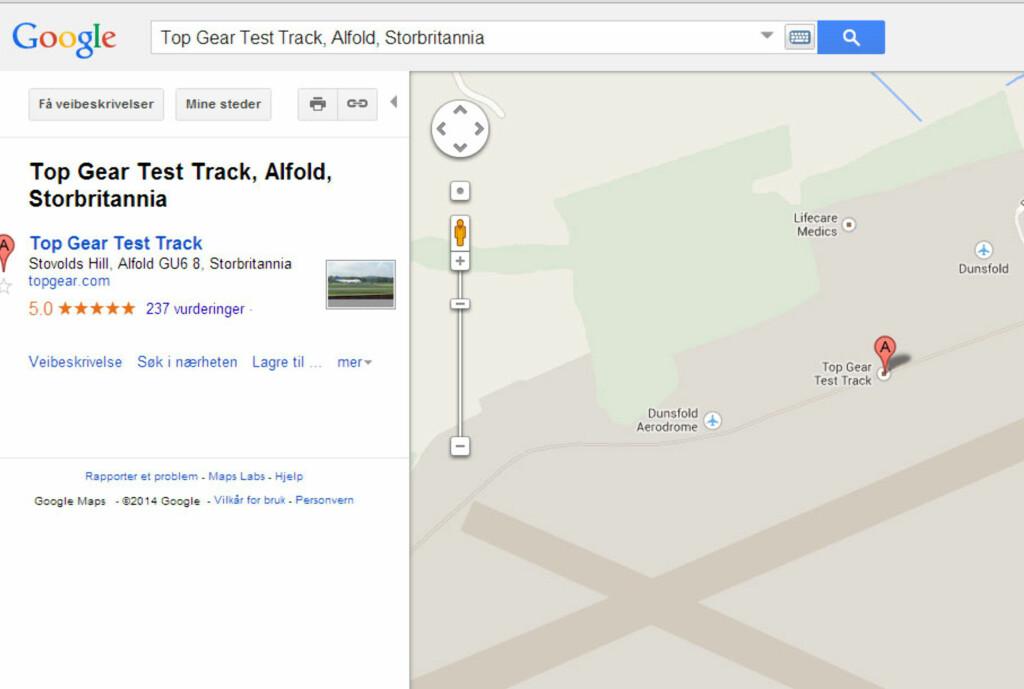 <b>SLIK GJØR DU DET:</b> Legger du inn disse stikkordene i søkefeltet, kommer du rett til Top Gears testbane. Dra Street View-mannen ned på banen, og ta runden! Snur du deg til siden, vil du se den hvite Mercedes SLS AMG Black Series rattet av ingen ringere enn the Stig! Foto: Google Maps