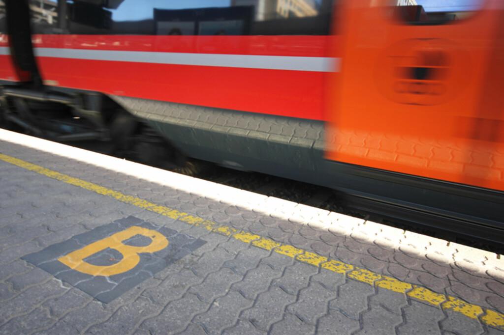 <b>FEM NYE STASJONER FÅR BOKSTAVMERKING:</b> Sektormerking som dette har så stor innvirkninger på punktligheten til togene at det nå rulles ut til fem nye stasjoner på Østlandet. Foto: Berit B. Njarga