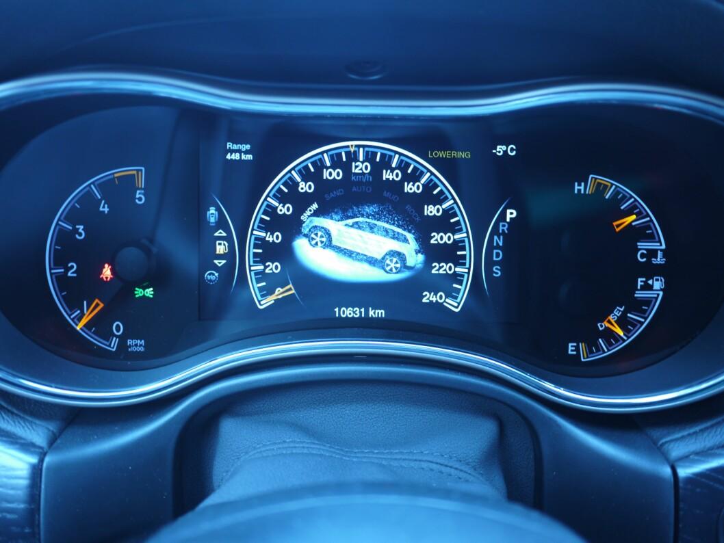 Inne i speedometeret vises hvilket off-road program man har valgt, her Snow.  Foto: Lord Arnstein Landsem