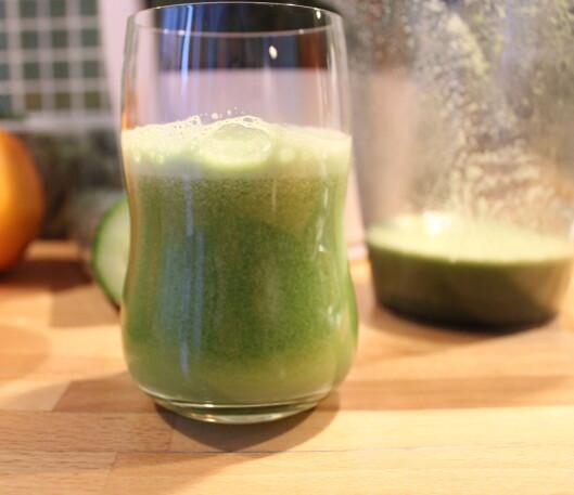 Juicen som kommer ut er full av luft, og fremstår noe grumsete.  Foto: Elisabeth Dalseg