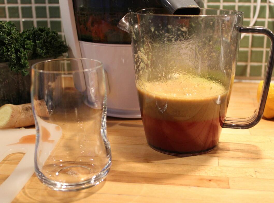 .. men om vi lar juicen stå i fem-seks minutter, stiger mesteparten av skummet til topps ...  Foto: Elisabeth Dalseg