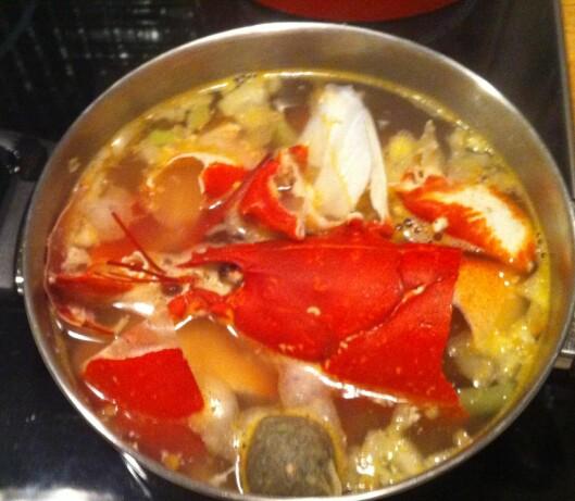 En god krabbe- eller hummermiddag, blir både til en fin suppe og flere gode pasta- eller risottomiddager. (NB, husk å ta ut paven av krabben.)  Foto: Elisabeth Dalseg