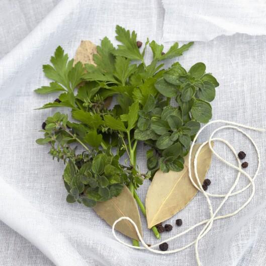 Lag din egen <i>bouquet garnis</i> ved å binde inn krydderurter, laubærblad og evt et par pepperkorn i et stykke løstvevd bommullsstoff. Foto: PantherMedia / Robyn Mackenzie