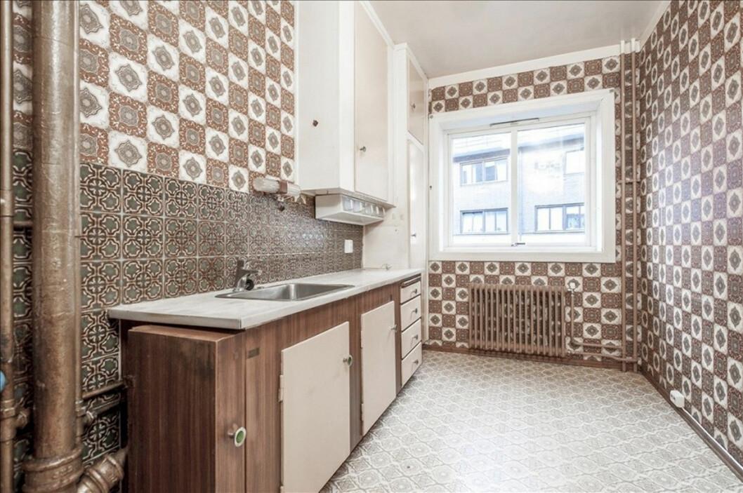 Fliser og tapet på kjøkkenvegger, samt vinyl på gulv.  Foto: Eie Eiendomsmegling